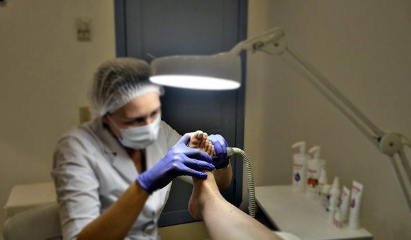 Разновидности педикюра и как провести процедуру очищения ног самостоятельно в домашних условиях