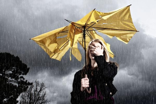 При каком атмосферном давлении болит голова, как снять боль?