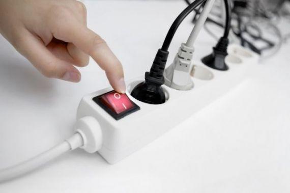 Эксперты объяснили, можно ли оставлять зарядное устройство в розетке