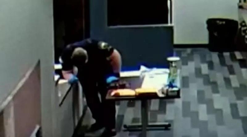 В США полицейский прикоснулся к смертельно опасному наркотику и рухнул на землю