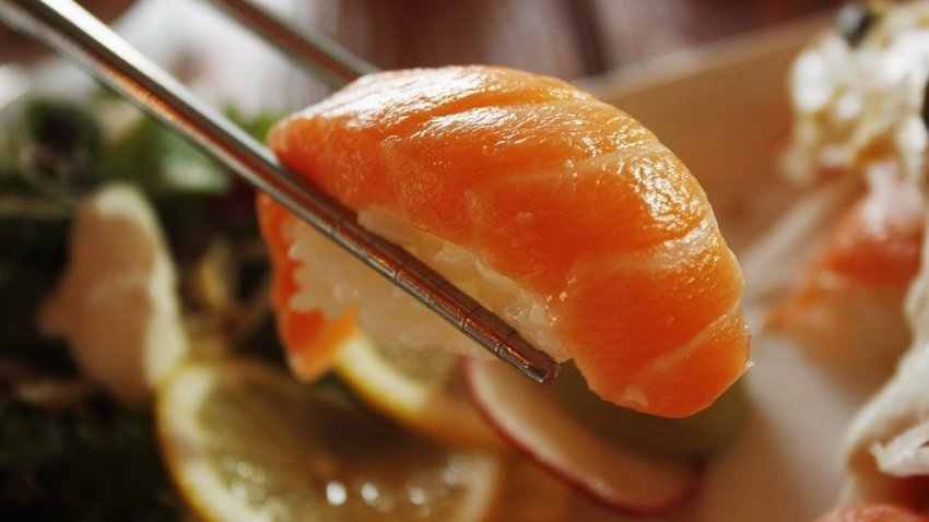 Очень опасны: ученые рассказали, почему нельзя есть суши