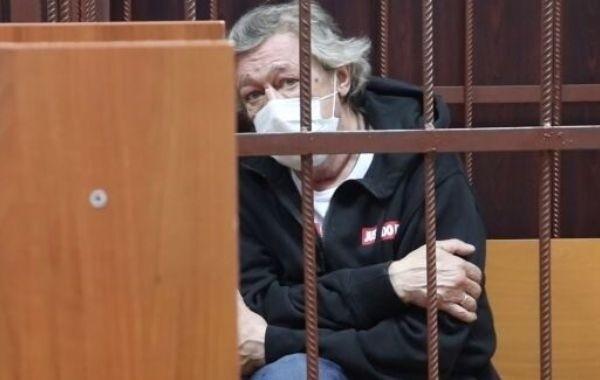 Жена Михаила Ефремова вынуждена трудиться на трех работах
