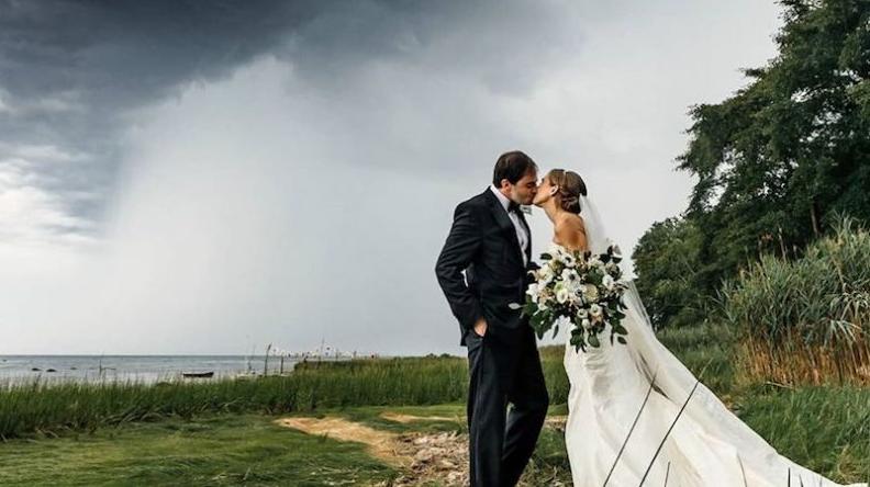 Жених пожаловался на 2020 год и позади него тут же ударила молния