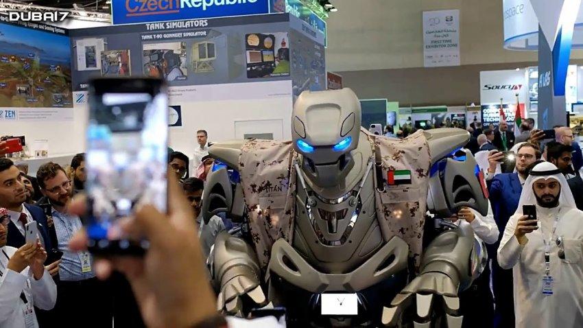 Принца Бахрейна в Дубае сопровождал огромный робот-телохранитель