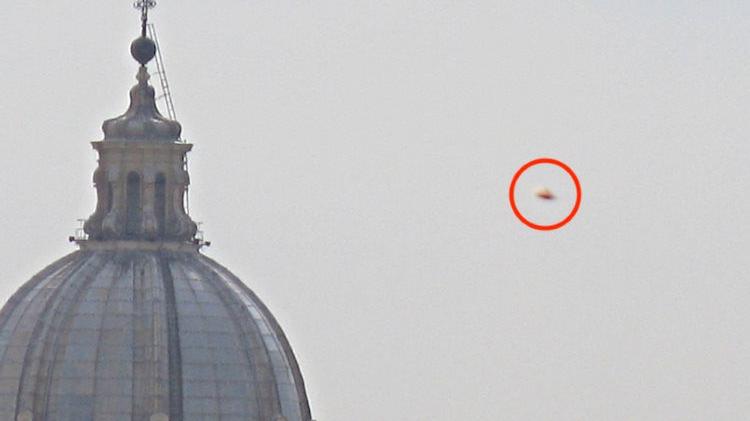 В небе над Ватиканом появился огромный оранжевый НЛО