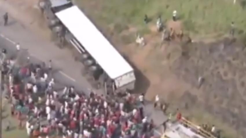 Голод в Бразилии: люди начали нападать на проезжающие фуры с мясом