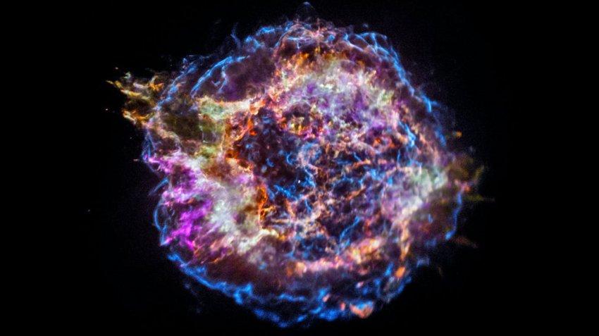 Астрономы выяснили, кто содрал «кожу» с умирающей звезды