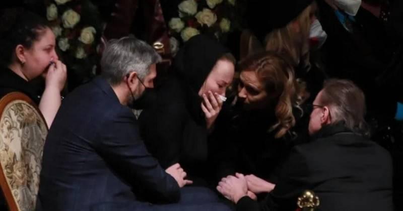 Вдова Бориса Грачевского не смогла высидеть на похоронах возле открытого гроба