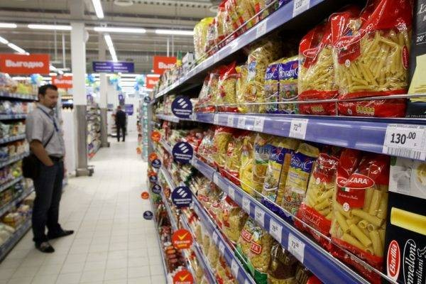 Как в России помочь бедным: заморозить цены или устроить «полки для бедных»