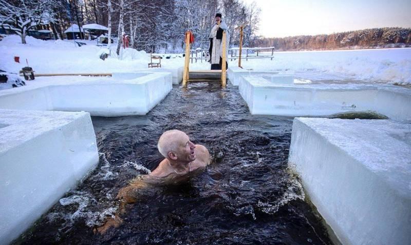 Президент РФ Владимир Путин принял участие в купании на Крещение Господне