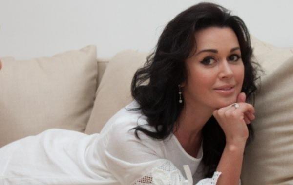 Дочь Анастасии Заворотнюк рассказала, что помогает ее маме выживать