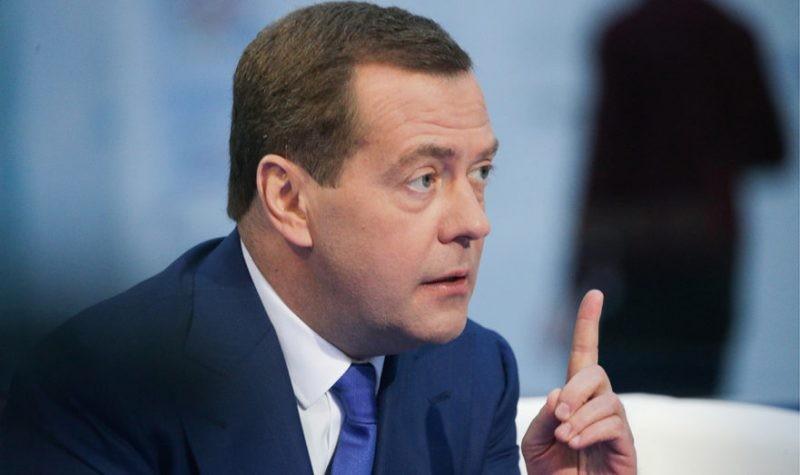 Правда ли, что Дмитрий Медведев находится на своей даче и не выходит оттуда