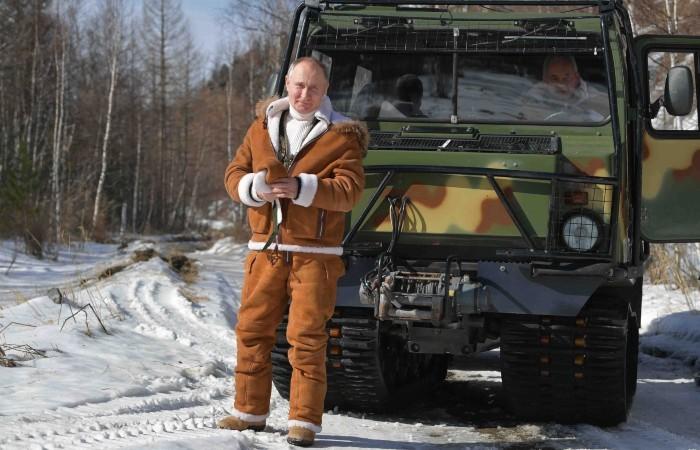 Путин прокатил Шойгу на вездеходе по тайге