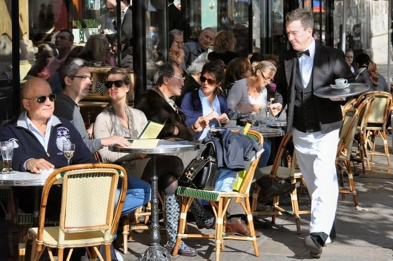Сколько зарабатывают официанты в России и других странах мира
