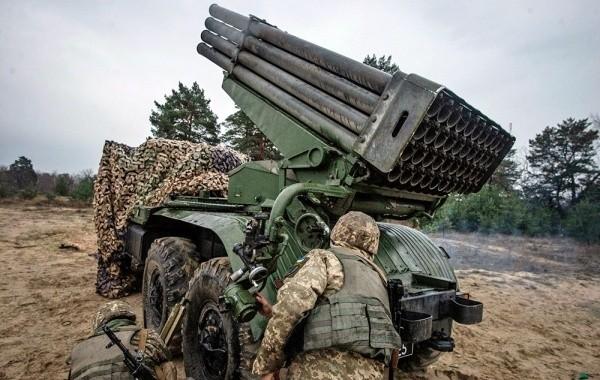 Украинские силовики в Донбассе разбирают и сжигают подворья местных жителей