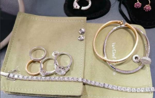 Таможенники Шереметьево нашли у россиянки, прибывшей из Дубая, незадекларированные драгоценности на 69 млн рублей