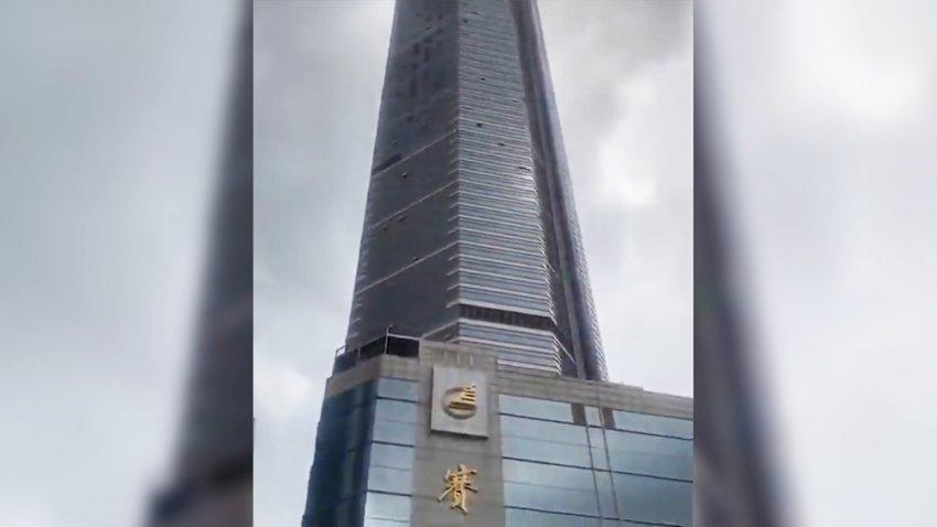 Китайский небоскреб с торговым центром внутри начал шататься и был закрыт для посетителей