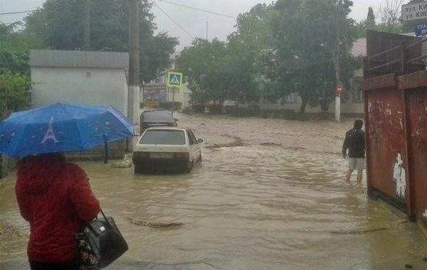 В Ялте из-за ливня затопило улицы
