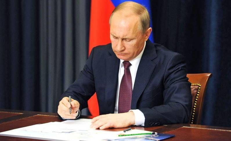 Владимир Путин поручил сократить объем контрольных работ в школах
