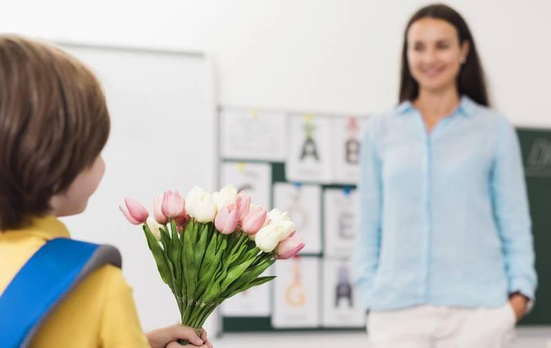 Хороший подарок на День учителя в 2021 году должен быть оригинальным и недорогим